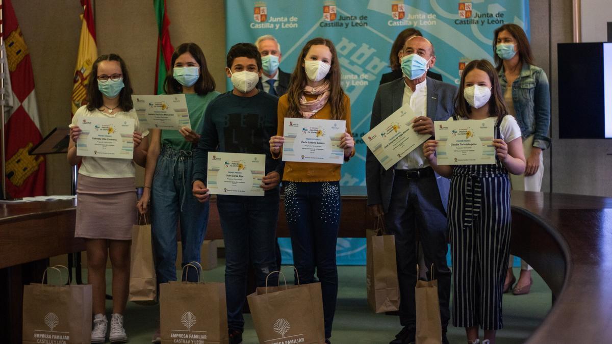 Los alumnos, junto al profesor José Antonio de Vega, reciben el premio