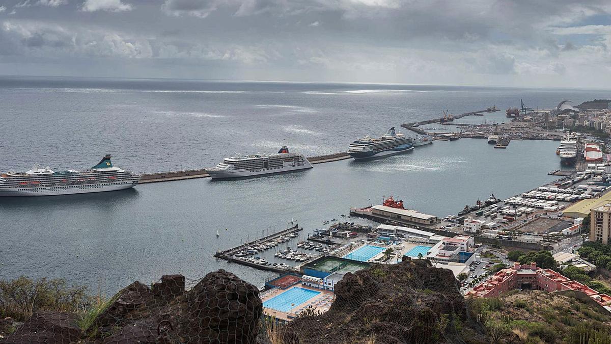 Cruceros en Santa Cruz de Tenerife antes de la pandemia del coronavirus Covid 19.