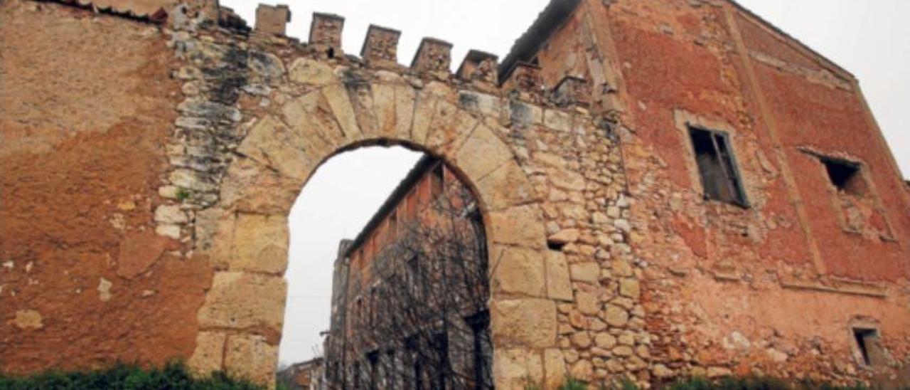Rafelguaraf se ve forzada a tapiar el arco del poblado medieval para evitar el desplome