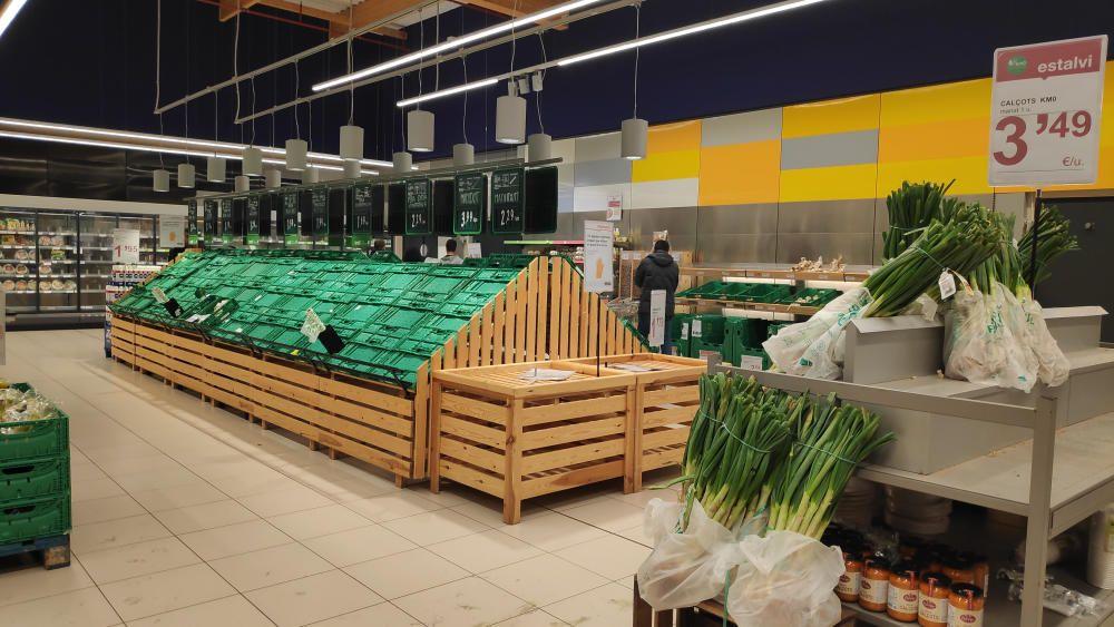 Estanteries buides del Supermercat Esclat  el 14 de març del 2020