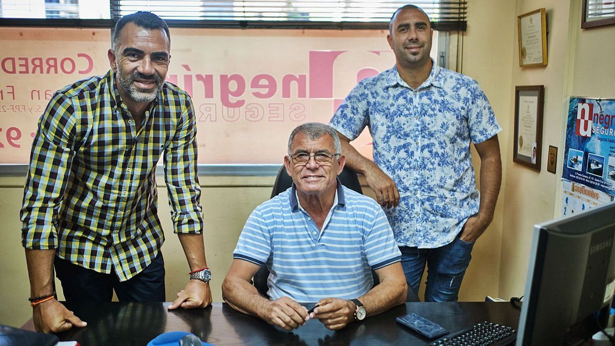 Juan Francisco Negrín junto a sus dos hijos, en las oficinas situadas en Puerta Canseco.