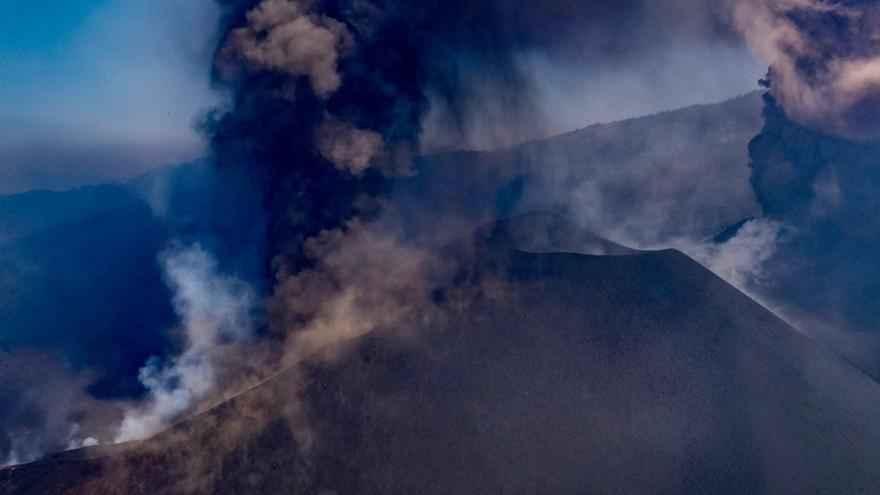 El frente de la colada del volcán de La Palma que va al mar se encuentra a 200 metros del acantilado