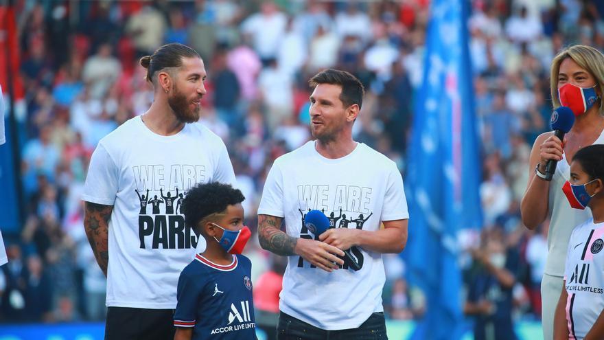 La afición del PSG aclama a Messi y Ramos y abuchea a Mbappé