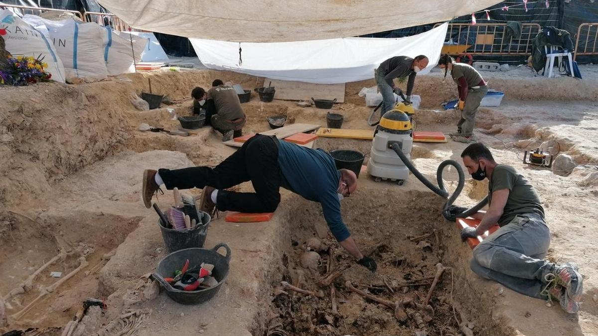 Imagen de los trabajos de exhumación que se llevan a cabo en una de las fosas de Porreres.