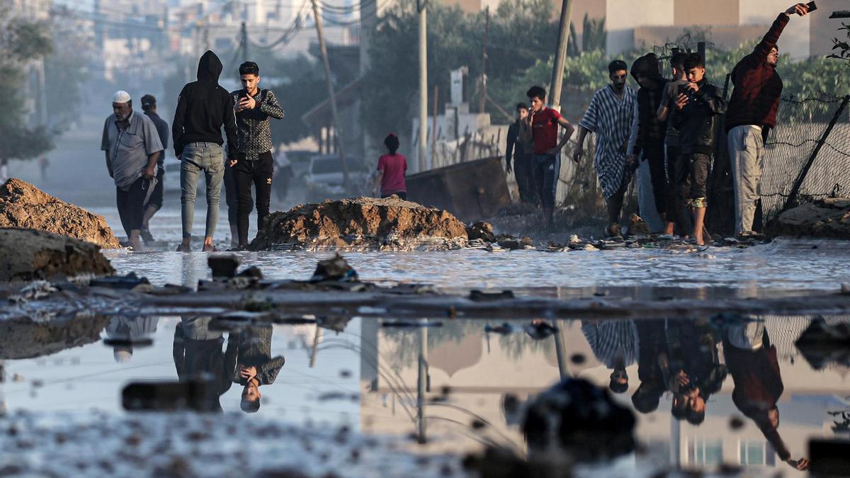 Palestinos inspeccionan los daños después de los ataques aéreos israelíes en Jan Yunis.