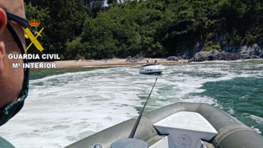 La Guardia Civil auxilia a una embarcación encallada en el Mandeo