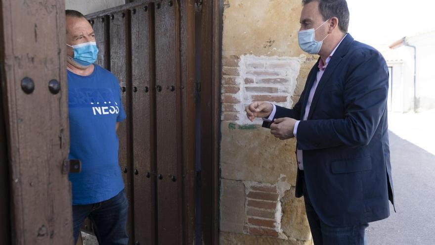 La Diputación reparte carteles informativos y geles a los comercios de los pueblos