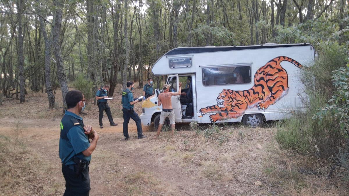 Dispositivo de la Guardia Civil durante el control de la acampada en Vime de Sanabria