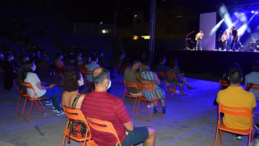 Las Torres de Cotillas disfruta de un concierto acústico de Miss Caffeina