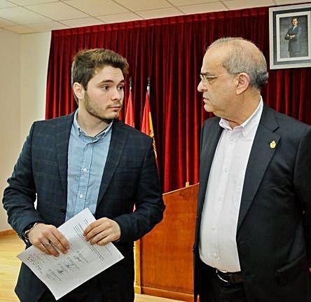 El conservador Iván Caamaño (izq.) y el alcalde socialista de Catoira, Alberto García García.