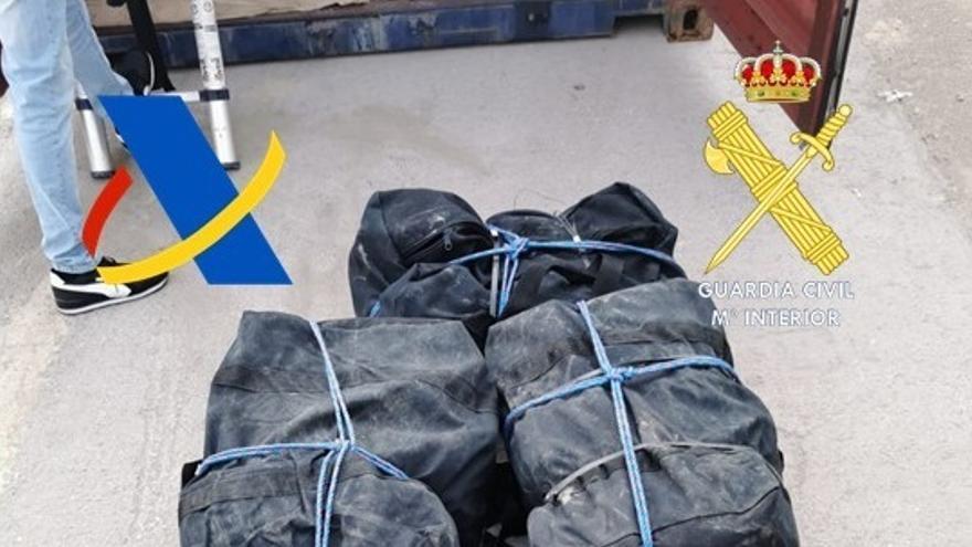Intervenidos casi 900 kilos de cocaína oculta en tres contenedores en el Puerto de València