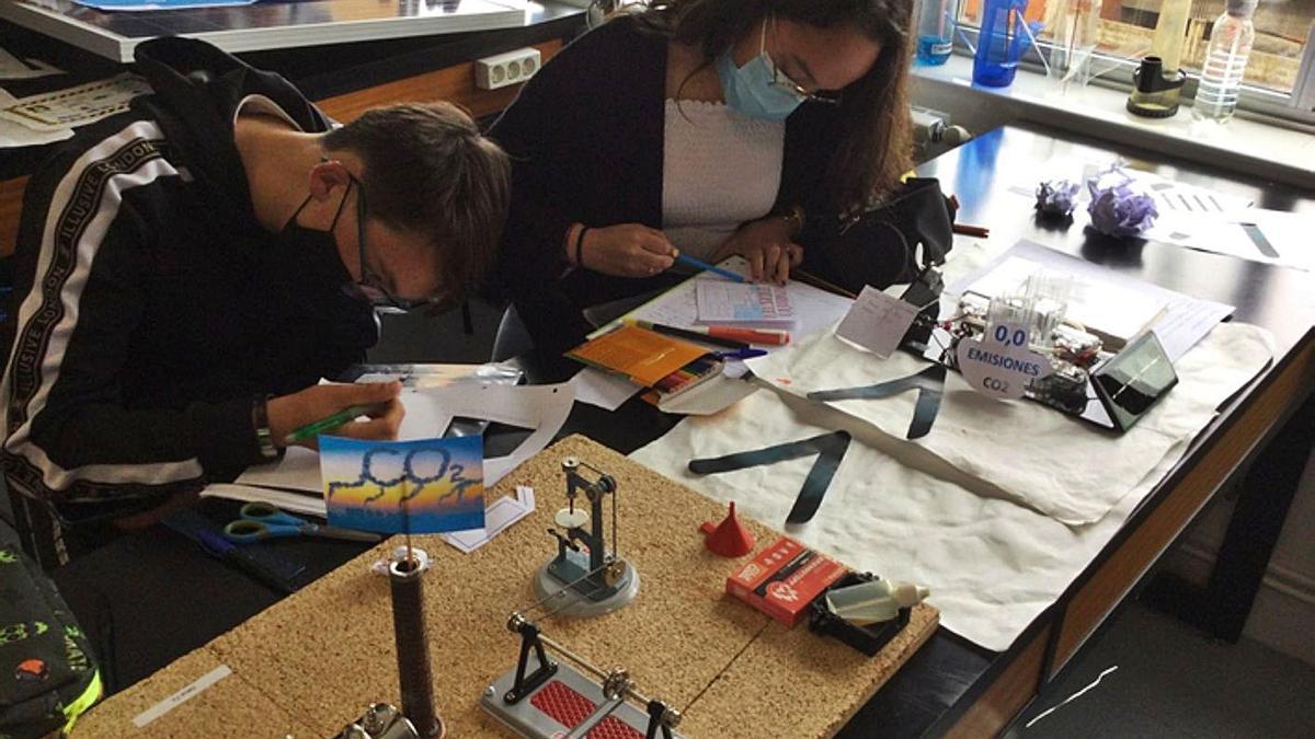 Dos alumnos de Ciencias trabajado aspectos relacionados con el clima.   E. P.