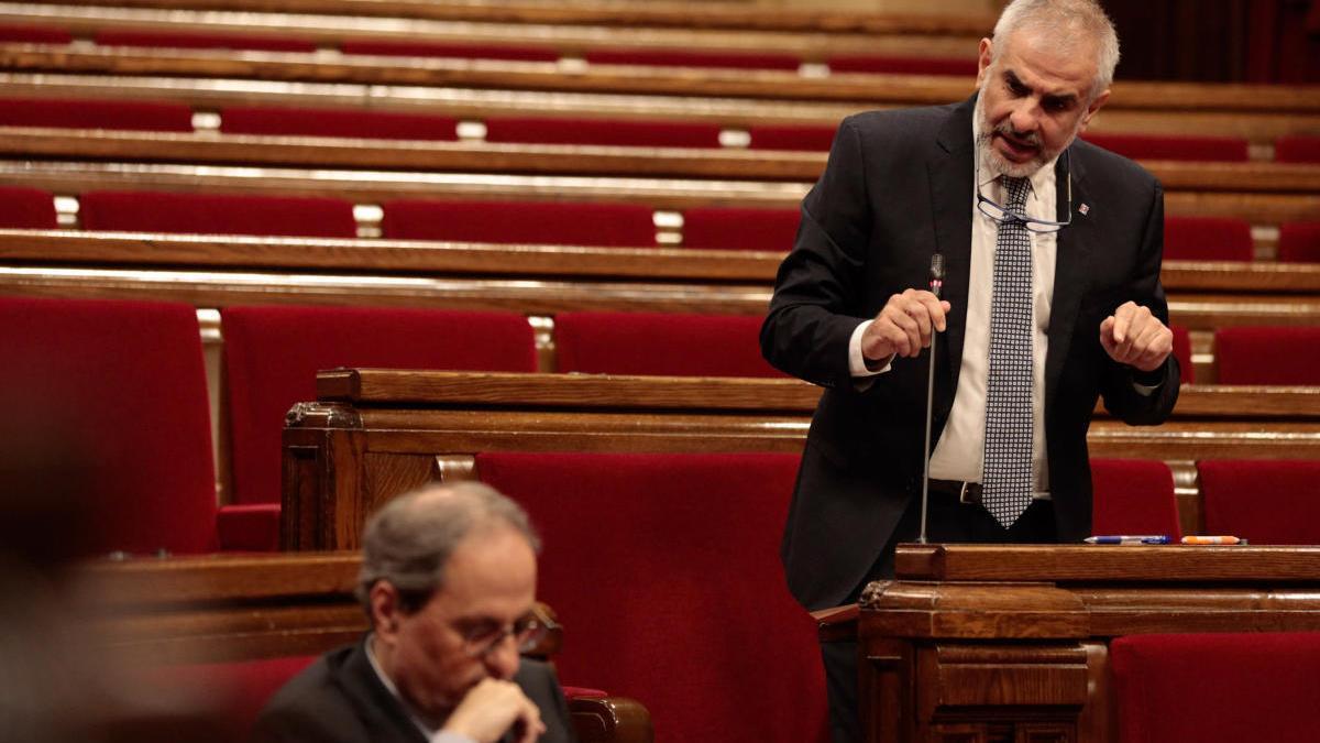 El president de Cs al Parlament, Carlos Carrizosa, enfocat, dirigint-se al president Quim Torra durant la sessió de control al ple del Parlament del passat 21 de maig del 2020