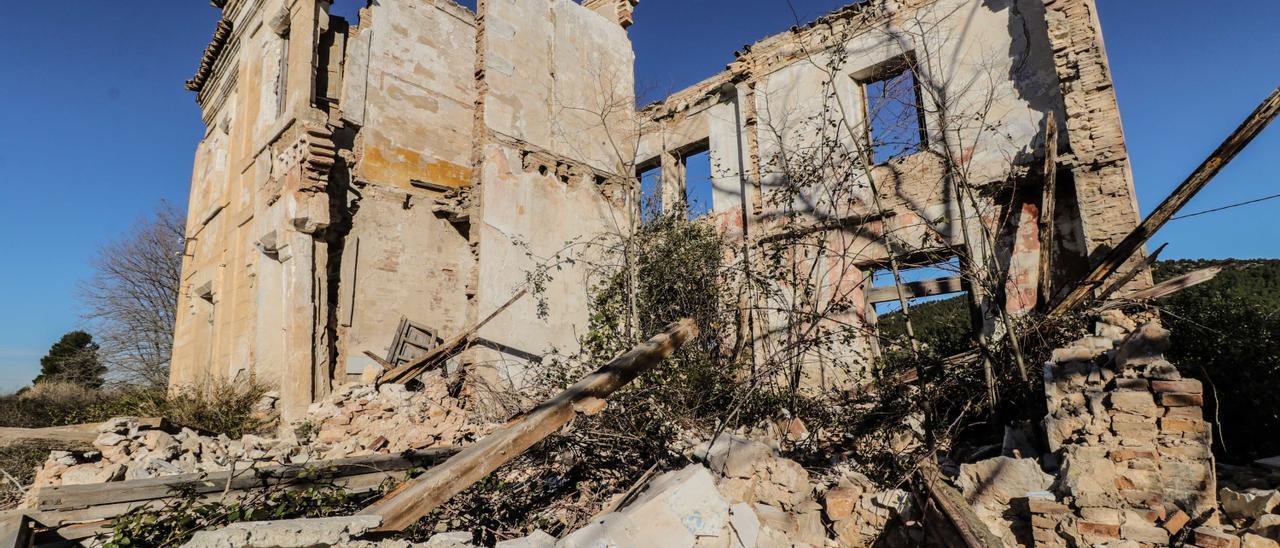 Estación de Agres derrumbada.