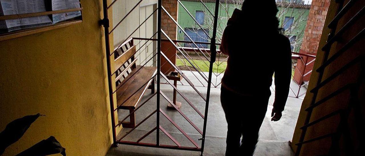 Un usuario de Amigos Contra la Droga, en el acceso principal del centro.