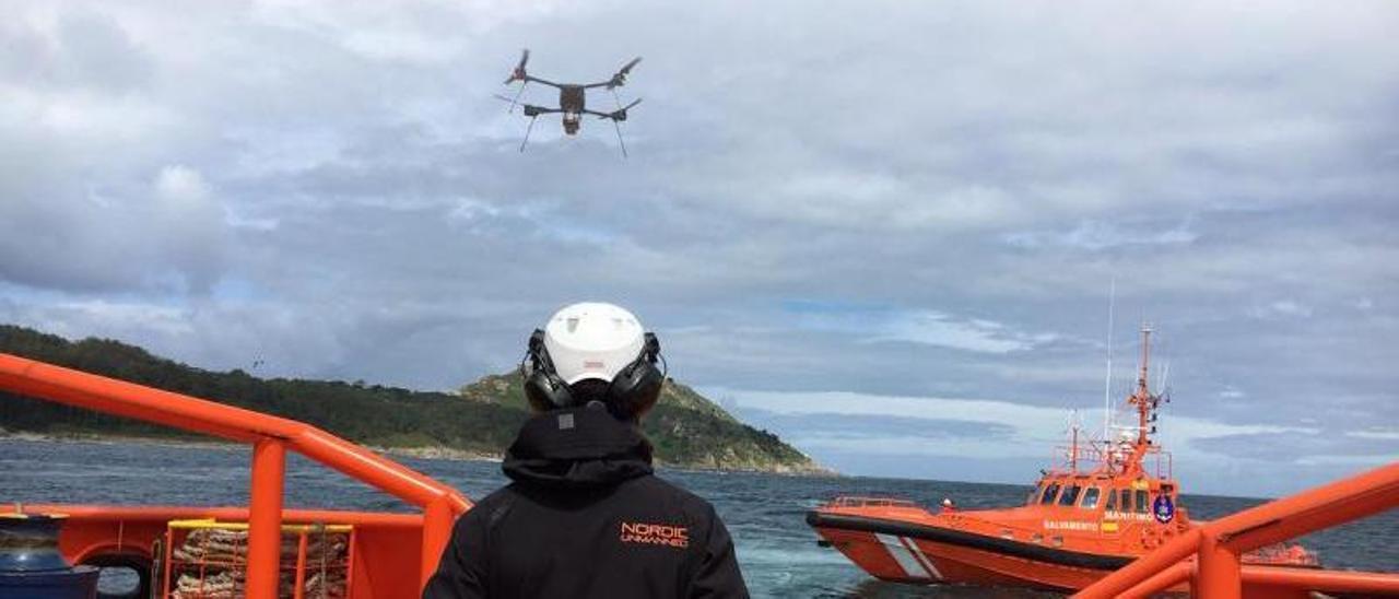 Un operario hace volar un dron desde un remolcador de Salvamento en unas pruebas en Vigo.