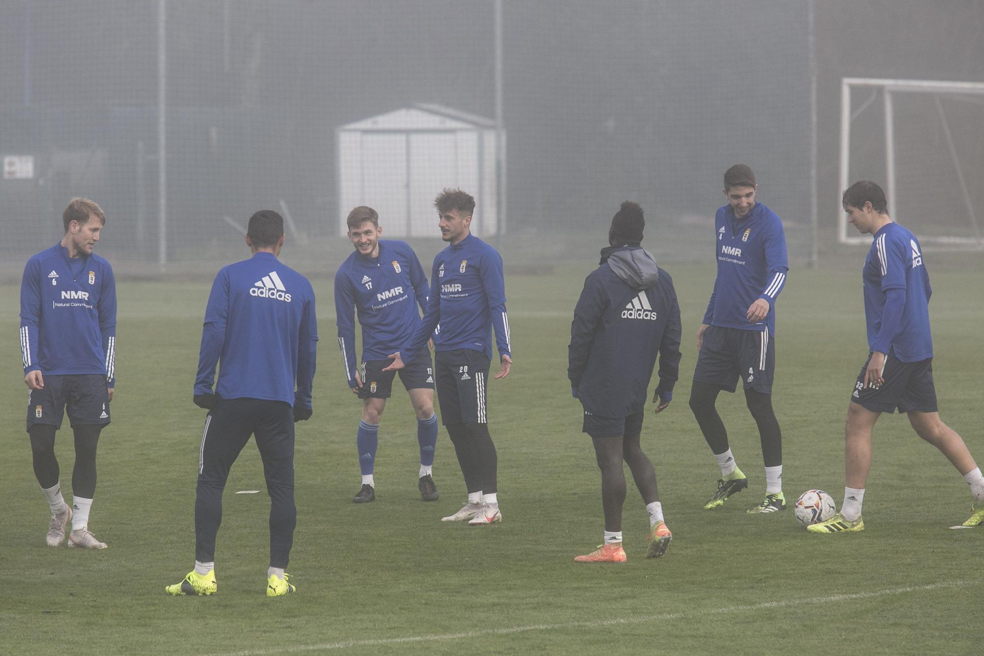 El entrenamiento del Oviedo en mitad de la niebla