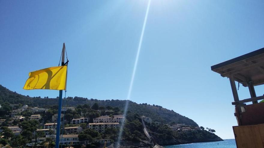 Gelbe Flagge warnt vor Verletzungsgefahr am Strand Canyamel