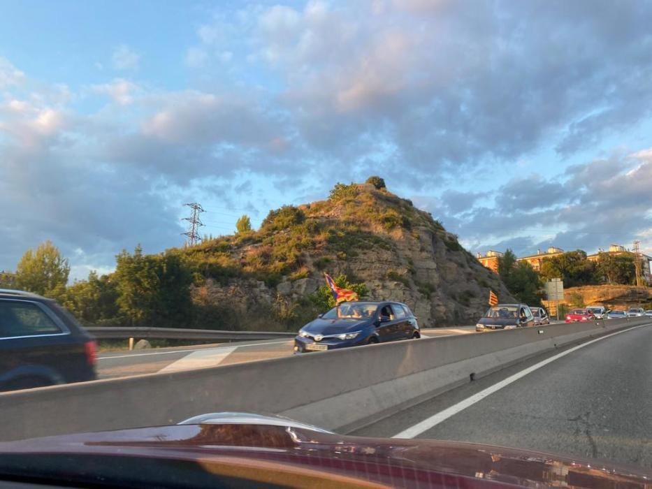 Rua de vehicles cap a Lledoners pel seu pas per Castellgalí