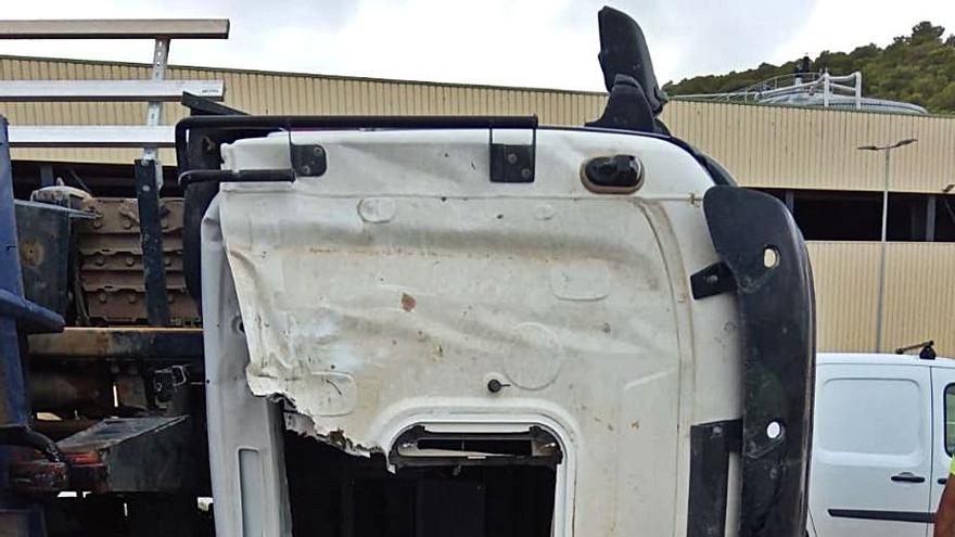 Herido el conductor de un camión tras volcar en el vertedero de Ca na Putxa