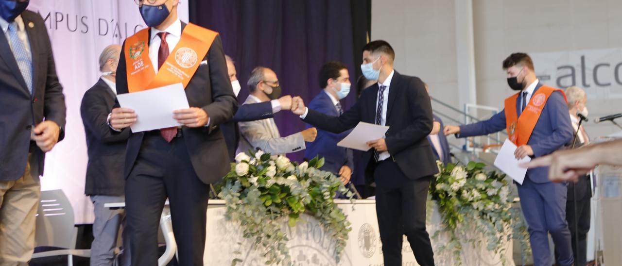 Alumnos recogiendo el diploma.