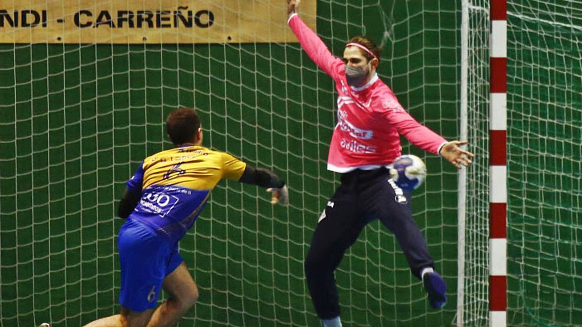 Braulio, portero del Toscaf Atlética, ante un lanzamiento de David, del Villa de Luanco. | J. Rus