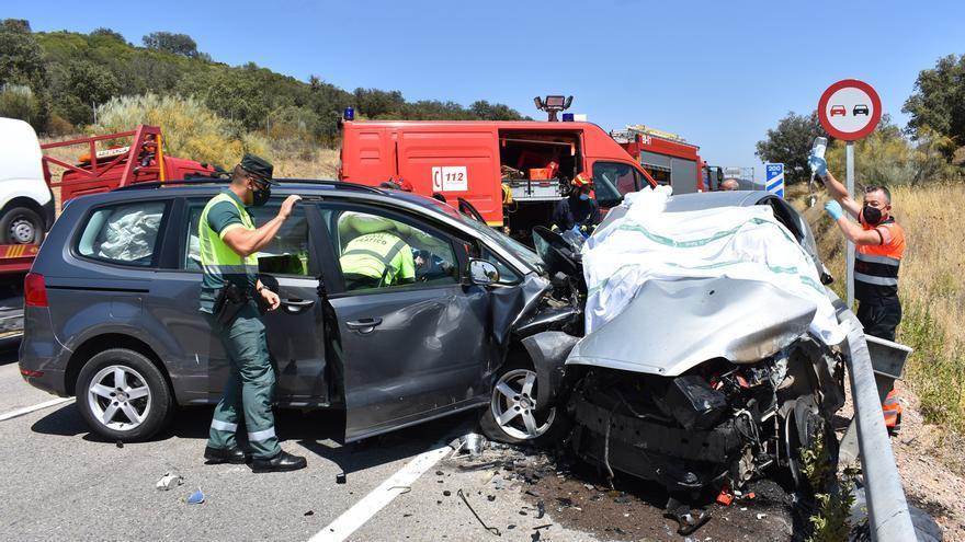 Un herido grave y otro leve en una colisión de tres vehículos en la N-432