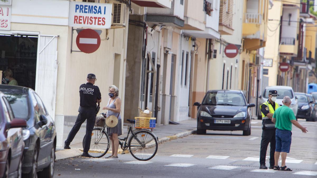 Vecinos de Càrcer pasean por la localidad, en una imagen reciente.