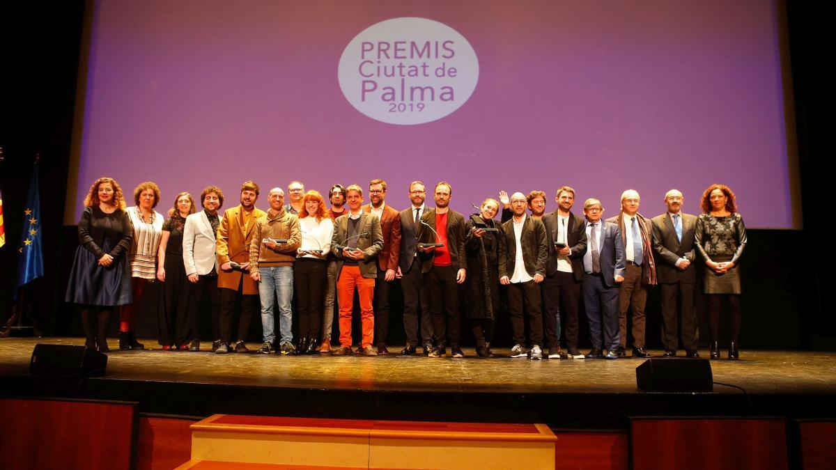 Foto de familia de los galardonados en los premios Sant Sebastià 2019