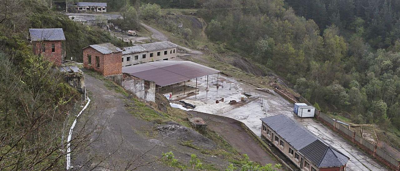 Arriba, la mina de La Soterraña (Lena). Debajo, antiguas instalaciones de la explotación allerana de Vildeo.