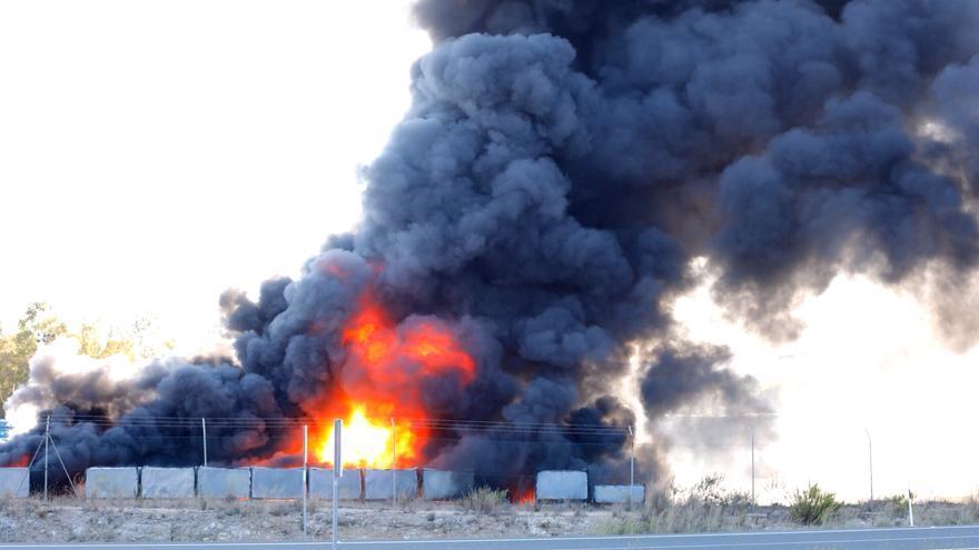 Un incendio junto a la factoría de Ford Almussafes provoca una gran columna de humo