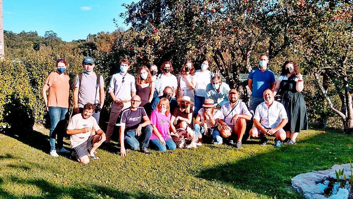 "Foto de familia dos ""influencers"", onte, na explotación de Isidro Peleteiro en Pedre.   | // SLOW FOOD COMPOSTELA"