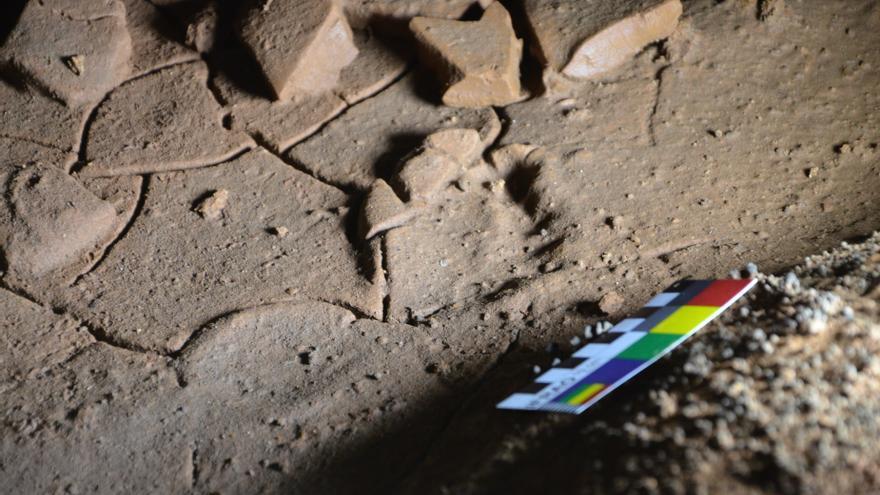 Hallan en una cueva cántabra huellas de pies de niños de hace 16.500 años
