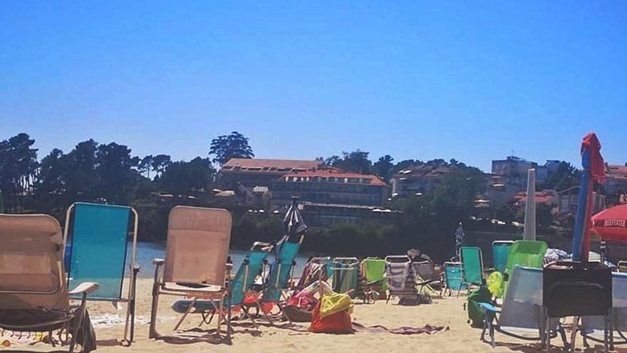 Sanxenxo prohibirá en todas sus playas la colocación de sombrillas y sillas vacías para reservar sitio