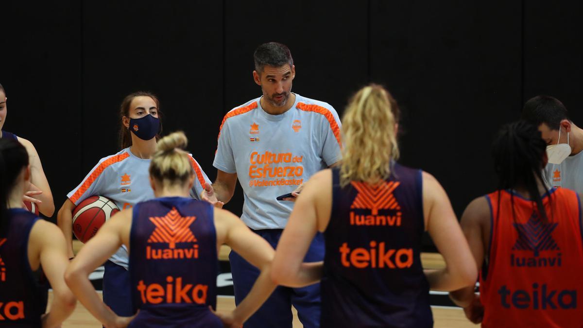 Rubén Burgos, en el entrenamiento del primer equipo en L'Alqueria