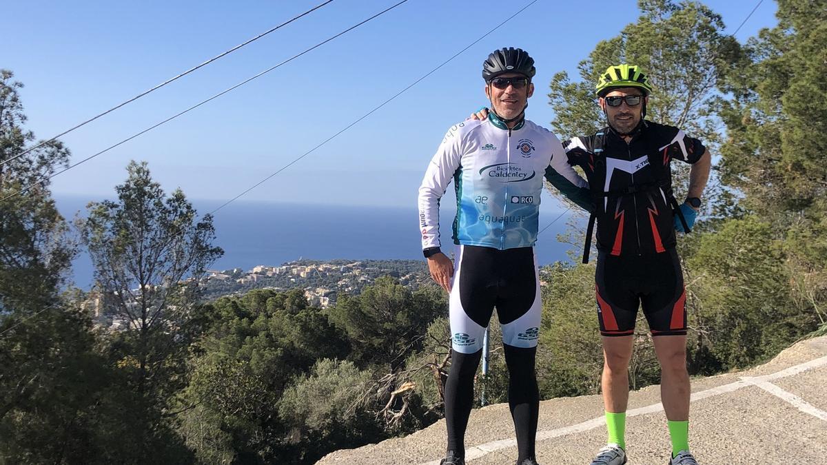 Luis García posa junto a un amigo en Na Burguesa tras su entrenamiento con la bicicleta.