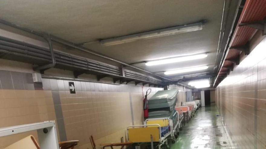 Denuncian la acumulación de enseres en el sótano del Hospital Clínico