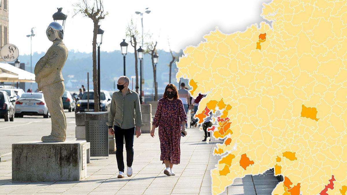 Gente paseando por Vilanova de Arousa.