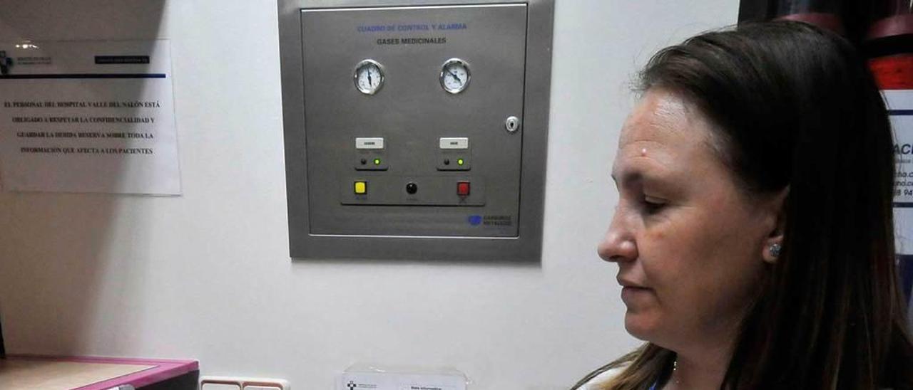 Una enfermera, en el control de una de las plantas del Hospital de Riaño.