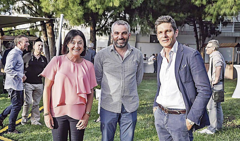 La redactora jefa de las secciones de Palma y Opinión, Pilar Garcés, junto al poeta y colaborador de este periódico Jaume Munar y el director del Principal, Carlos Forteza