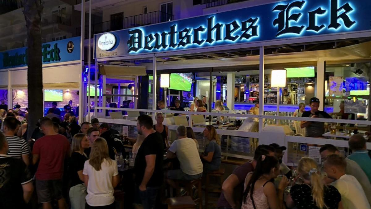 """Die Bierstraße vor dem """"Deutschen Eck"""" am Freitagabend (10.7.)."""
