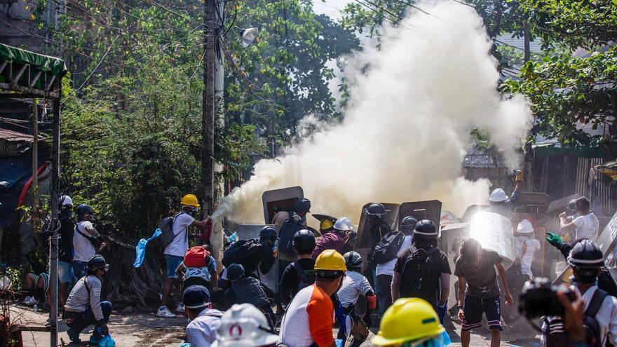 Al menos tres muertos en nuevas protestas contra el golpe de estado en Birmania