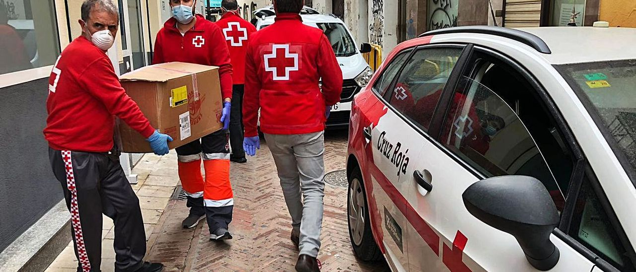 Voluntarios de Cruz Roja repartieron comida a las personas mayoras solas en confinamiento.   LEVANTE-EMV