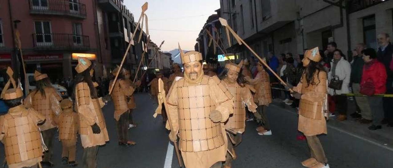 """El grupo gijonés de la """"Happy Family"""" disfrazados de los Guerreros de Xi'an, durante el desfile."""
