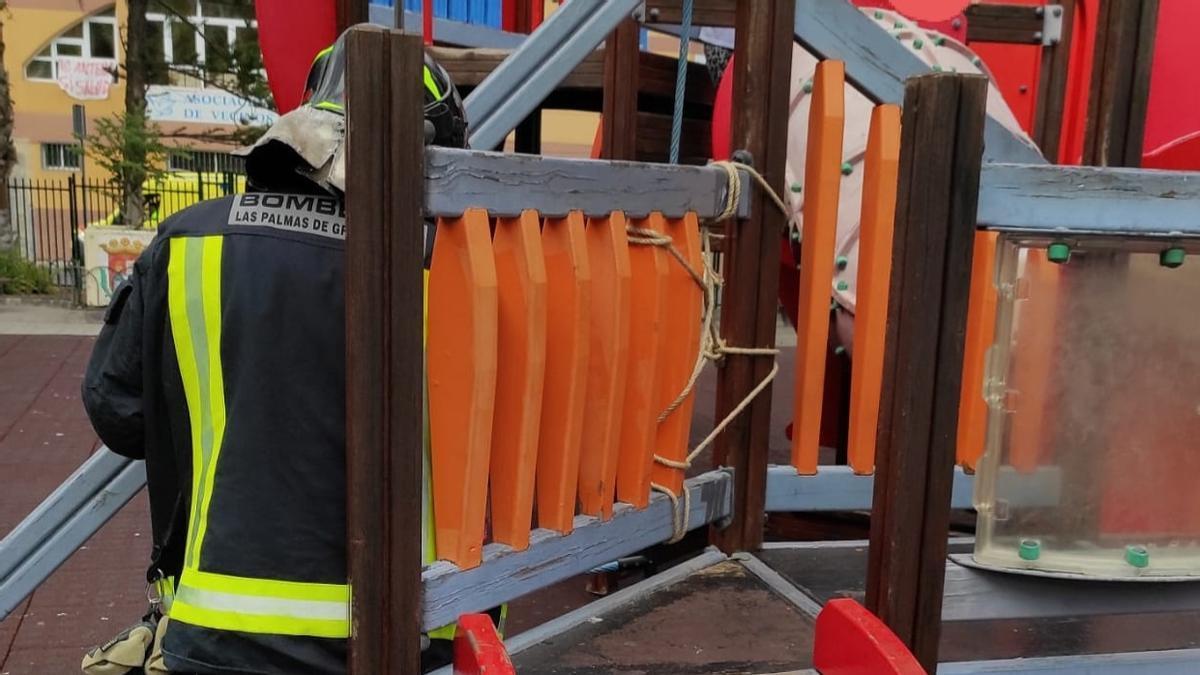 La niña atrapada en un tobogán fue liberada por los bomberos.