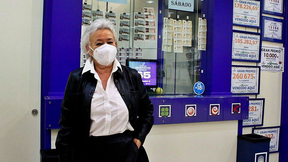 Madrugón de los loteros que dieron el premio de Euromillones   IÑAKI ABELLA