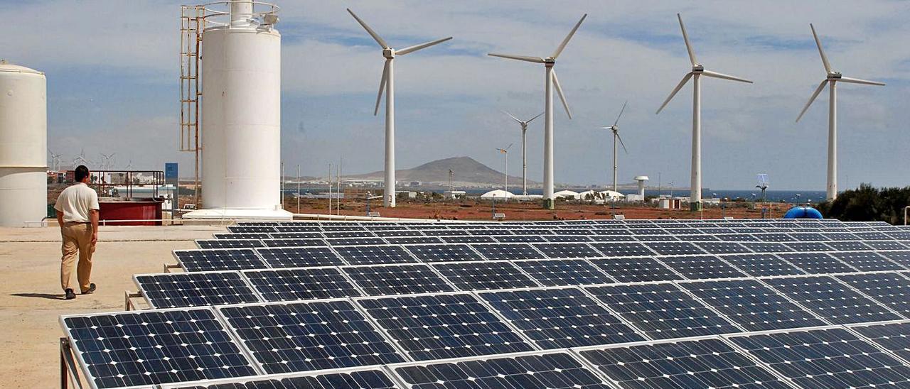 Placas solares y molinos de energía eólica junto a la desaladora de Pozo Izquierdo, en el municipio de Santa Lucía. | | YAIZA SOCORRO