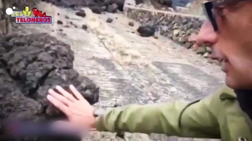 La imprudencia VIRAL del reportero canario que se quema al tocar la lava de La Palma