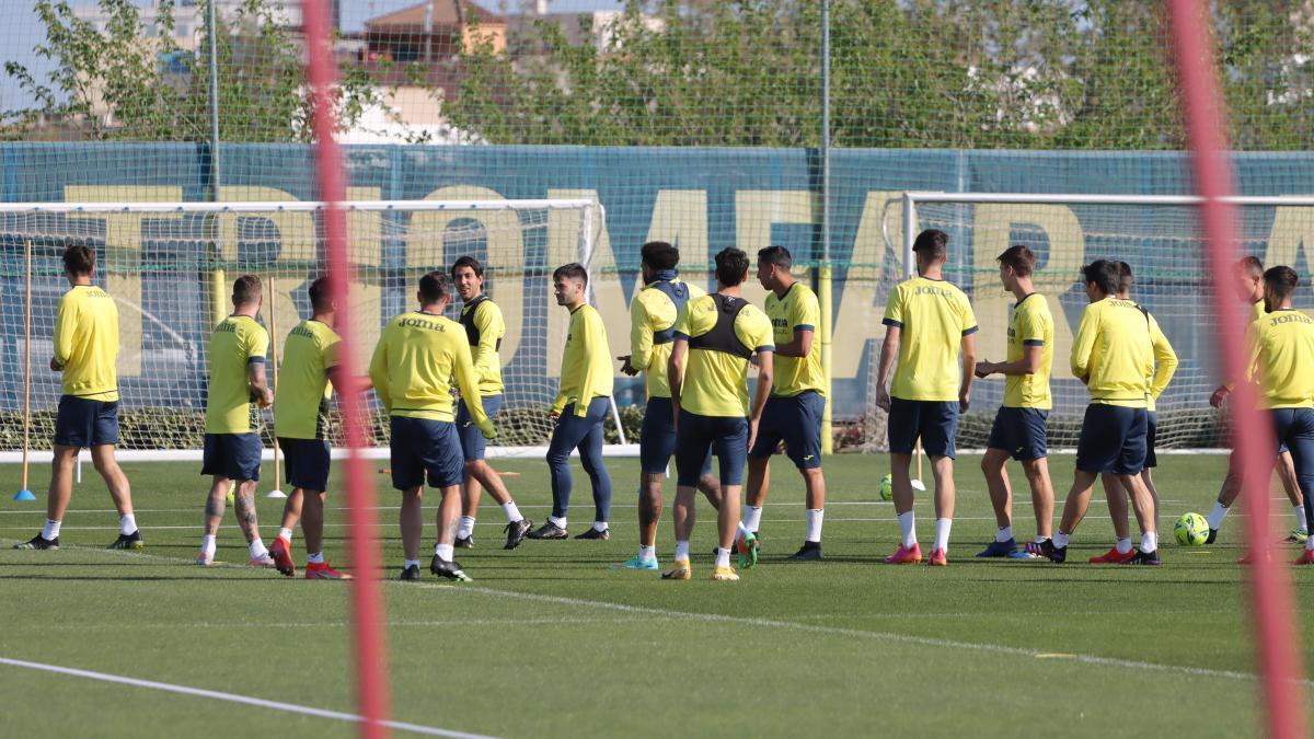 Los jugadores del Villarreal en el entrenamiento de este sábado.