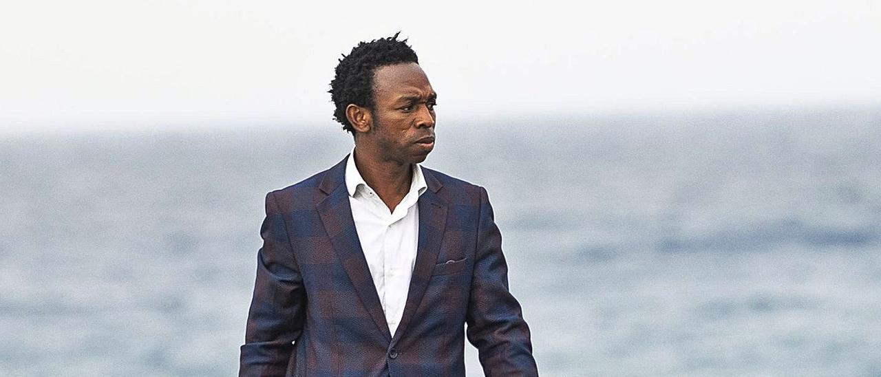 Ousman Umar camina por el litoral majorero, el mismo donde arribó su patera en 2004, ayer. | | FUSELLI